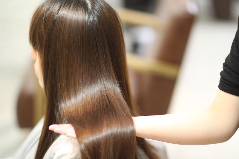 倉敷の髪質改善美容院コルテリーフで施術を受けた女性