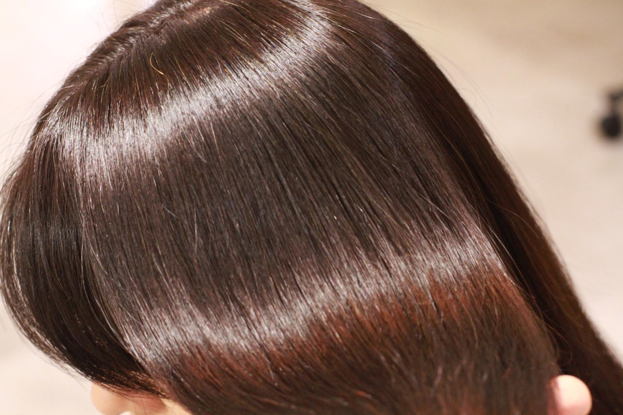 綺麗な艶髪の女性の髪